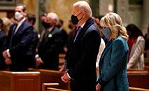 O presidente eleito dos EUA, Joe Biden e a dra. Jill Biden, participam da missa na Catedral de São Mateus Apóstolo, com líderes do Congresso antes da 59ª cerimônia de posse presidencial em 20 de janeiro de 2021 em Washington, DC (Chip Somodevilla/AFP)
