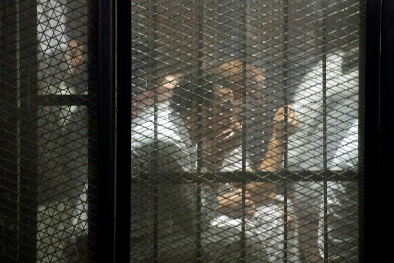 Grupo de detidos durante o julgamento de 700 acusados no Cairo, Egito, em 2018