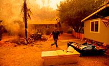 Quase 11 mil relâmpagos provocaram 367 incêndios florestais, com mais de 121 mil hectares queimados em toda a Califórnia por volta de agosto de 2020 (Josh Edelson/AFP)