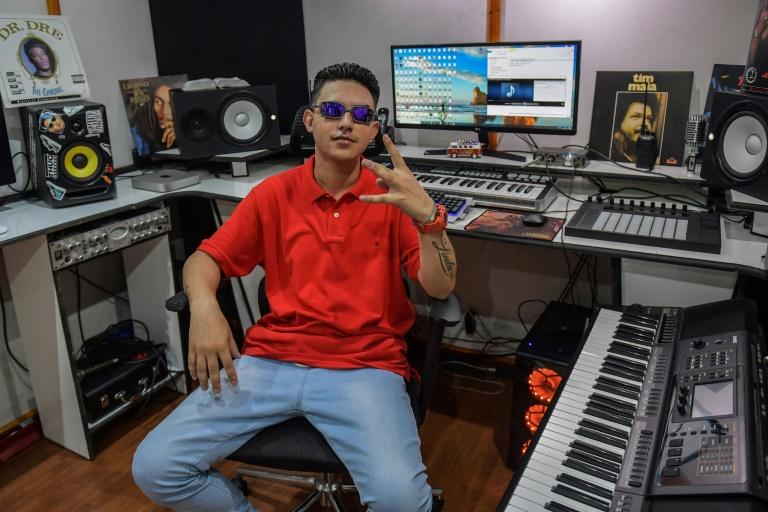 MC Fioti visitou o Instituto Butantan, em São Paulo, para gravar o clipe