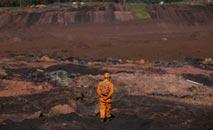 Atualmente os bombeiros buscam pelos restos mortais de 11 pessoas desaparecidas na lama (MauroPimental/AFP)