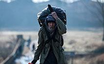 Refugiado sírio atravessa a Grécia (AFP)