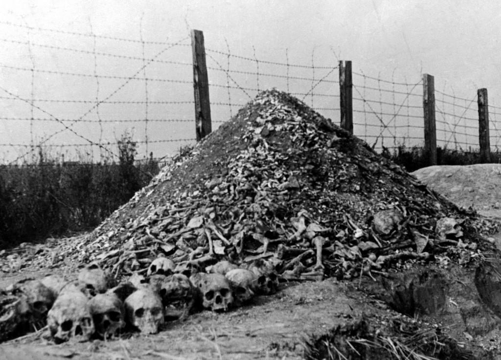 Uma pilha de ossos e crânios humanos é vista em 1944 no campo de concentração nazista de Majdanek, nos arredores de Lublin, o segundo maior campo de extermínio da Polônia depois de Auschwitz, após sua libertação em 1944 pelas tropas russas.