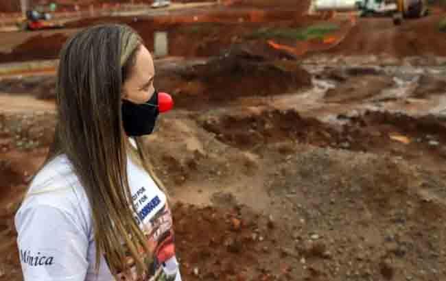 Mônica Quintão, da comissão de atingidos, protesta no canteiro de obras do reassentamento de Bento Rodrigues