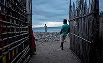 Moradores do porto aguardam a chegada de embarcações com refugiados de Palma e da península de Afungi, no nordeste de Moçambique, após um ataque extremista, em Pemba (Alfredo Zuniga/AFP)