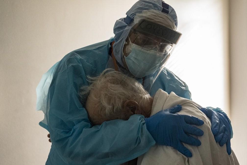 Médico Joseph Varon conforta idoso em UTI no Texas, EUA, em 26 de novembro