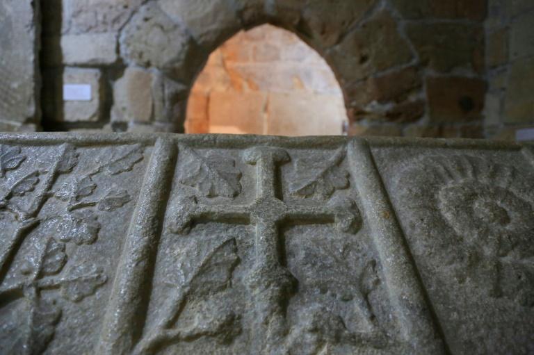 A cruz dos Templários em um sarcófago do século 14 no castelo medieval de Limassol, no Chipre, em 22 de janeiro de 2021
