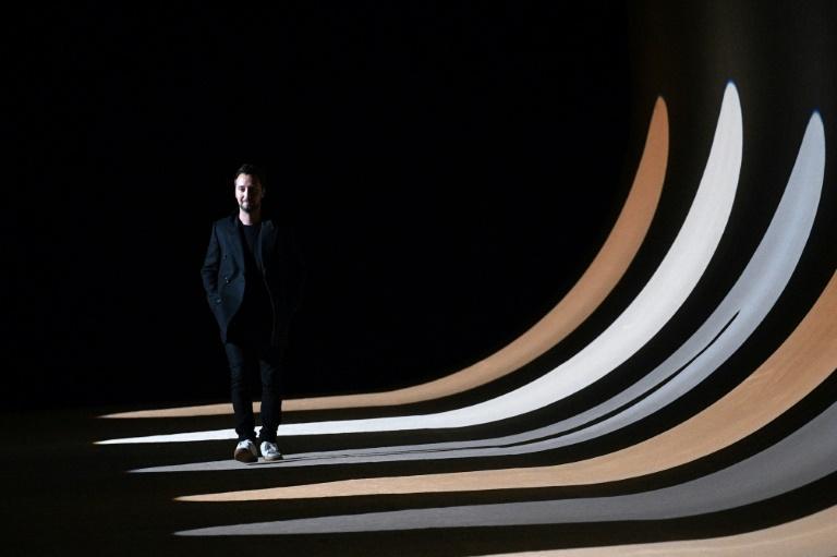 O designer da Saint Laurent, o belga Anthony Vaccarello, em Paris em 25 de fevereiro de 2020