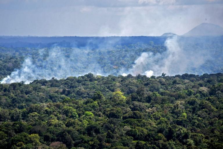 Vista aérea de incêndio em floresta amazônica em Oiapoque, Amapá