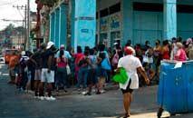 Cubanos fazem fila para comprar comida em Havana (Yamil Lage/AFP)