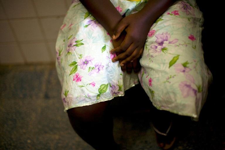 Jovem vítima de agressão sexual recebe tratamento médico em clínica dos Médicos Sem Fronteiras em Monrovia, em 30 de novembro de 2009