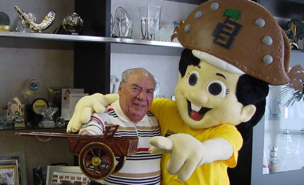 O empresário e dono da Casas Bahia Samuel Klein e o Baianinho, ícone da marca