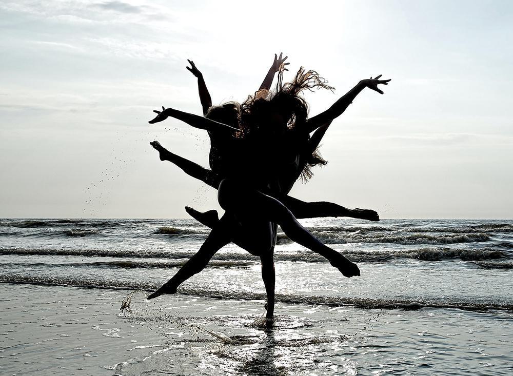 A Trindade 'dança' na Criação, gerando um grande movimento de vida