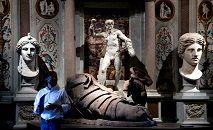 Obra do artista britânico Damien Hirst, em meio a esculturas clássicas, na Galleria Borghese, em Roma, em 7 de junho de 2021 (Tiziana FABI/AFP)