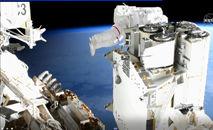 O astronauta Thomas Pesquet, da Agência Espacial Europeia, verifica os cabos para instalar novos painéis solares (Handout/Afp)