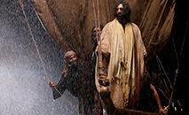 Contrário aos poderosos, Jesus age como Deus criador que pode acalmar o mar e o vento (Free Bible Images/Lumo Project)