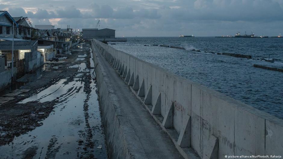 Área residencial em Jakarta, capital da Indonésia, é protegida por muro de contenção