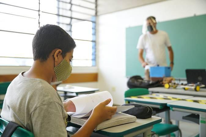 Pelo Plano Nacional de Educação (PNE), Lei 13.005/2014, o Brasil deve zerar a taxa de analfabetismo até 2024