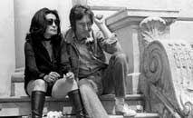 John Lennon e Yoko Ono posam para fotógrafos em Cannes em 1971 (AFP)