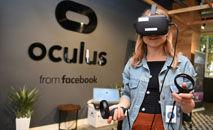 Funcionária do Facebook testa um dispositivo Oculus na sede corporativa da empresa (Josh Edelson/AFP)