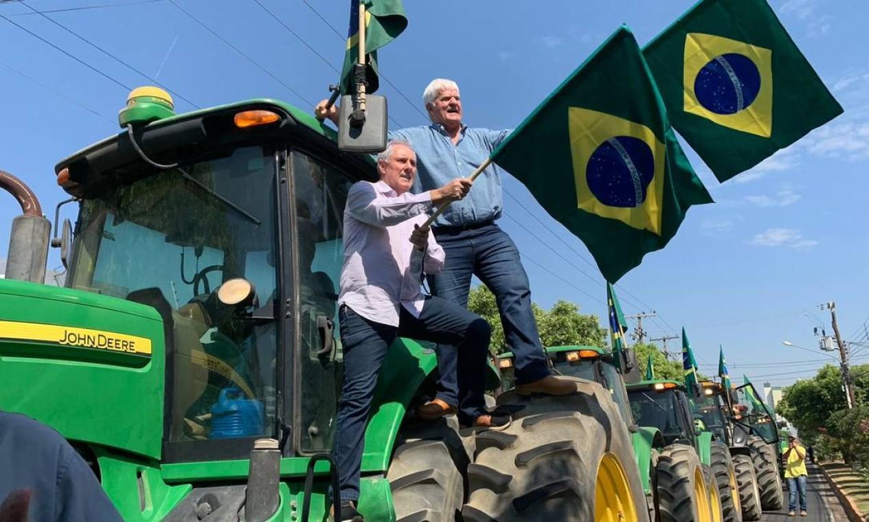 Presidente da Aprosoja Brasil, Antônio Galvan (de camisa azul) protesta em frente à PF em MT