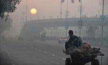 OMS disse que a poluição do ar é tão prejudicial à saúde humana quanto fumar e se alimentar mal (Farooq Naeem/AFP)