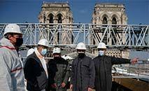 Emmanuel Macron visita obras de Notre-Dame, em abril de 2021 (Benoit Tessier/AFP)