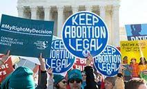 Ativistas que apoiam o direito das mulheres de decidirem pelo aborto protestaram em março de 2020 perante a Suprema Corte dos Estados Unidos (SAUL LOEB/AFP)