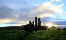 Moáis, estátuas gigantes da Ilha de Páscoa, pertencentes à cultura Rapa Nui (Gregory Boissy/AFP)