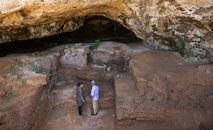 Arqueólogos na Caverna dos Contrabandistas perto de Rabat, em setembro de 2021 (Fadel Senna/AFP)