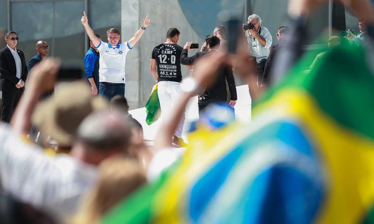 O presidente acena para apoiadores no Palácio do Planalto, em Brasília