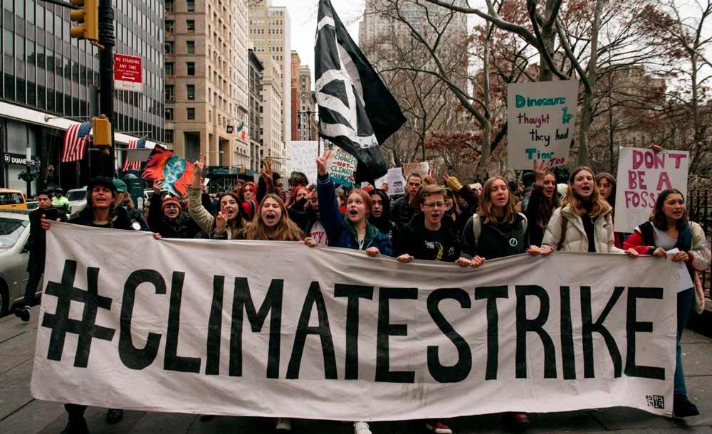 Jovens marcham em Nova York para protestar contra a inação dos governos diante das mudanças climáticas