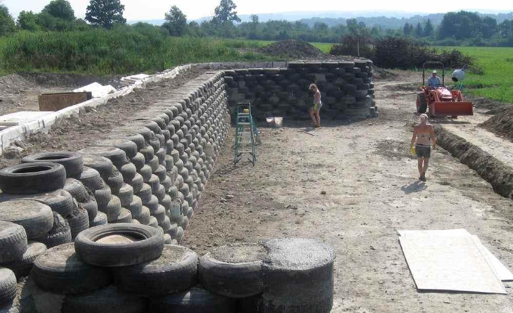 Proteção de muro feito com pneus socados podem ser boa alternativa para utilizar materiais obsoletos