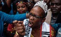A ativista e feminista ugandesa Stella Nyanzi é presa por militares por protestar para maior distribuição de alimentos na pandemia, em maio de2020 (Sumy Sadurni/AFP)
