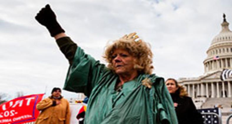 Manifestante pró-Trump vestida de Estátua da Liberdade em frente ao Capitólio (Jon Cherry/AFP)