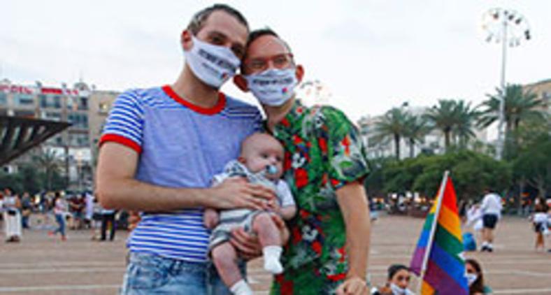Um casal e seu bebê participam de evento que substituiu a Parada do Orgulho LGBT de Tel Aviv em 28 de junho de 2020 (AFP/Jack Guez)