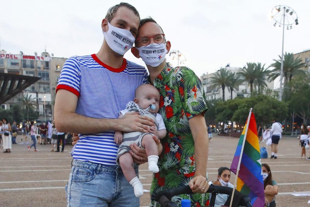 Um casal e seu bebê participam de evento que substituiu a Parada do Orgulho LGBT de Tel Aviv em 28 de junho de 2020