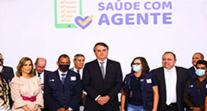 Bolsonaro, sem máscara e sem manter distanciamento das pessoas, participa de cerimônia de lançamento de programa de qualificação do atendimento de agentes comunitários de saúde (Marcelo Camargo/Agência Brasil)