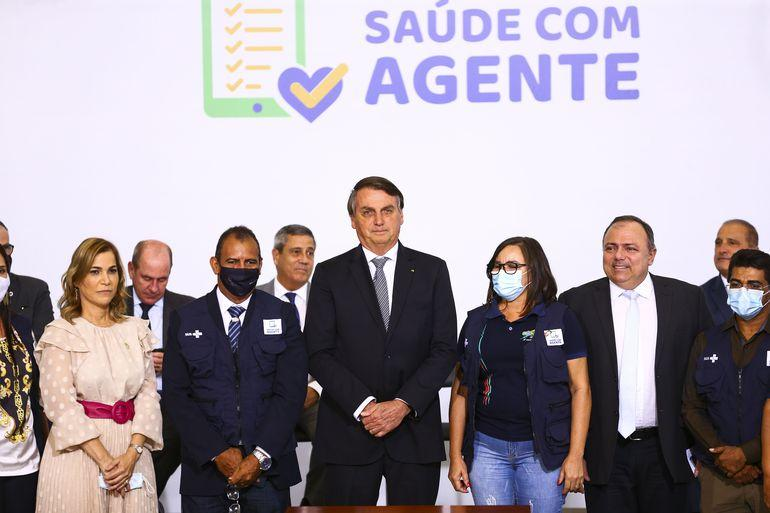 Bolsonaro, sem máscara e sem manter distanciamento das pessoas, participa de cerimônia de lançamento de programa de qualificação do atendimento de agentes comunitários de saúde