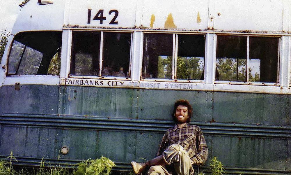 Chris McCandless, o Alex Supertramp, sentado à frente do ônibus que adotou como moradia