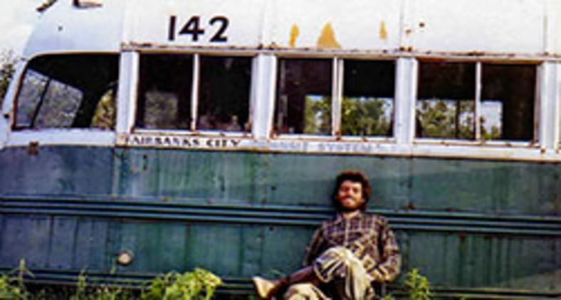 Chris McCandless, o Alex Supertramp, sentado à frente do ônibus que adotou como moradia (Reprodução)