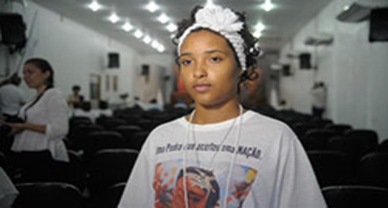 A menina Kayllane Campos foi atingida na testa por uma pedra em junho de 2015 ao sair de um culto do candomblé com sua avó, Kátia Marinho (Tomaz Silva/ Agência Brasil)