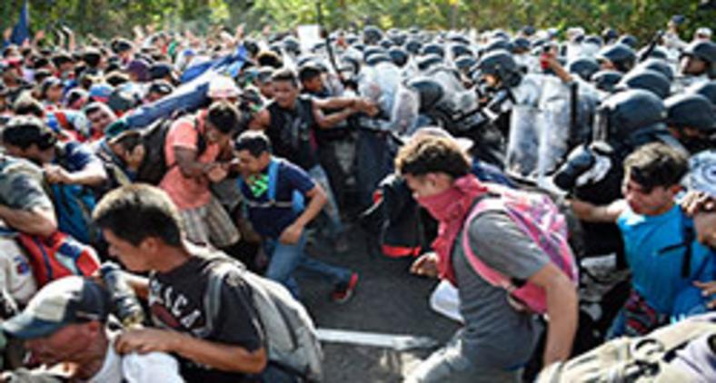 Membros da Guarda Nacional Mexicana combatem imigrantes da América Central, a maioria hondurenhos indo em uma caravana para os EUA, em Ciudad Hidalgo, estado de Chiapas, México, em 23 de janeiro de 2020 (Alfredo Estrella/AFP)