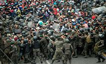 Migrantes hondurenhos, parte de uma caravana que segue para os Estados Unidos, entram em confronto com as forças de segurança da Guatemala em Vado Hondo, Guatemala, em 17 de janeiro de 2021 (Johan ORDONEZ/AFP)