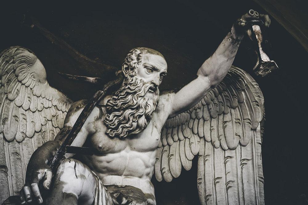 Estátua do deus Cronos segurando uma ampulheta no cemiterio de Bolonha, Itália