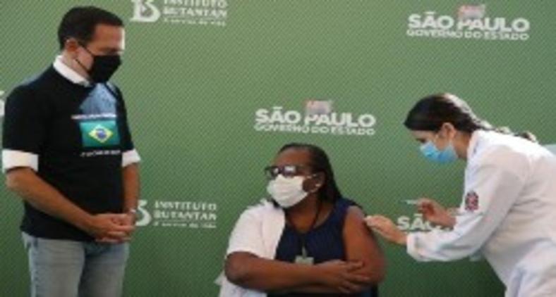 O governador do estado de São Paulo, João Doria, dá início a vacinação no estado com a enfermaria Monica Calazans do Instituto Emílio Ribas (Govesp)