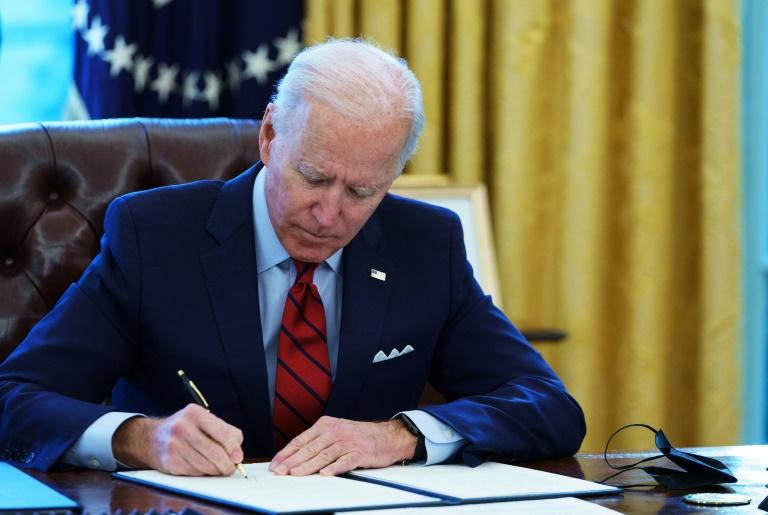 O presidente dos EUA, Joe Biden, assina série de ordens executivas para revisar o processo de imigração