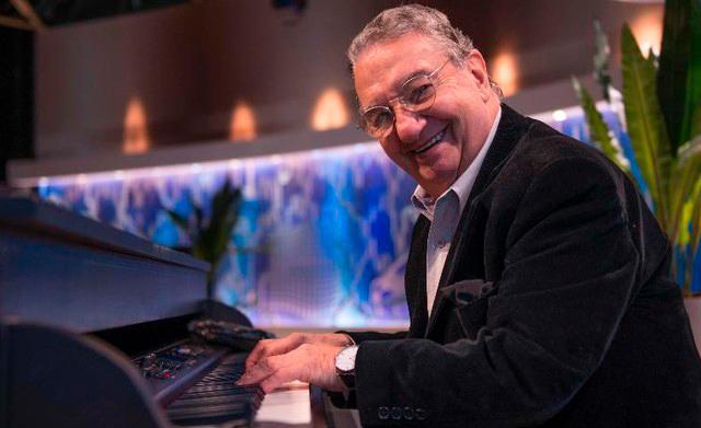 O pianista e acordeonista celebra seus 60 anos de carreira com coletânea