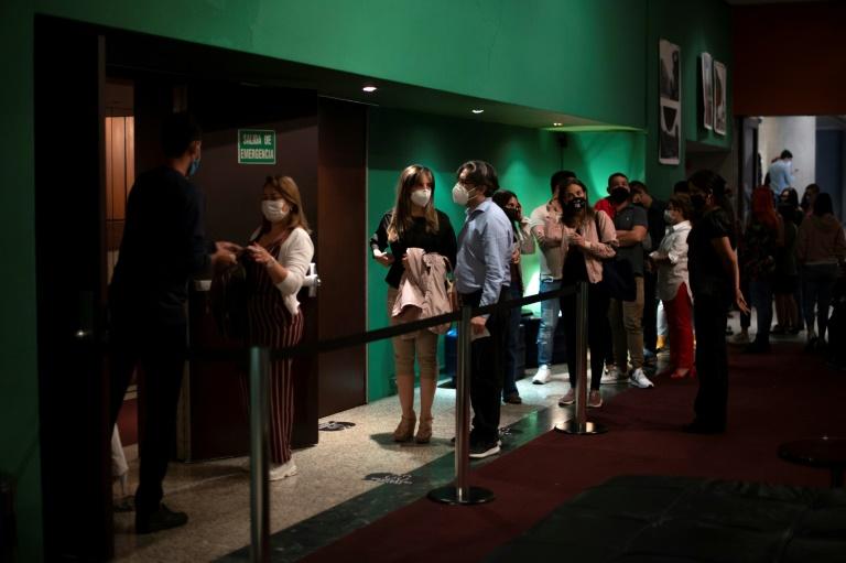 Público se enfileirou para a peça