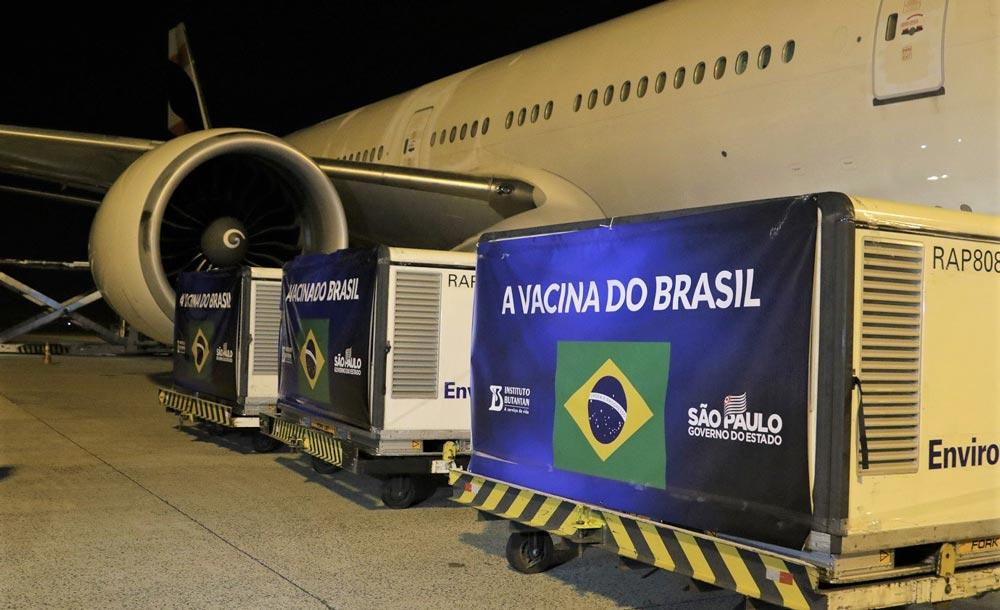 Lotes com 5,4mil litros de insumos desembarcam no aeroporto de Viracopos, em Campinas